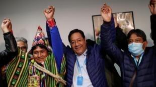 Le candidat à la présidentielle Luis Arce, du parti MAS d'Evo Morales, et son colistier David Choquehuanca, ont révendiqué la victoire, le 19 octobre 2020 à La Paz.
