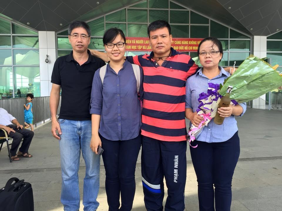 Blogger Trương Duy Nhất (áo sọc) cùng với vợ con và nhà báo Huy Đức tại sân bay Vinh sau khi được trả tự do ngày 26/05/2015.