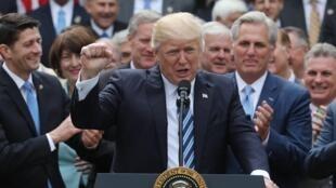 O  Presidente Donald Trump e deputados republicanos após a revogação do ObamaCare.04 de Maio de 2017