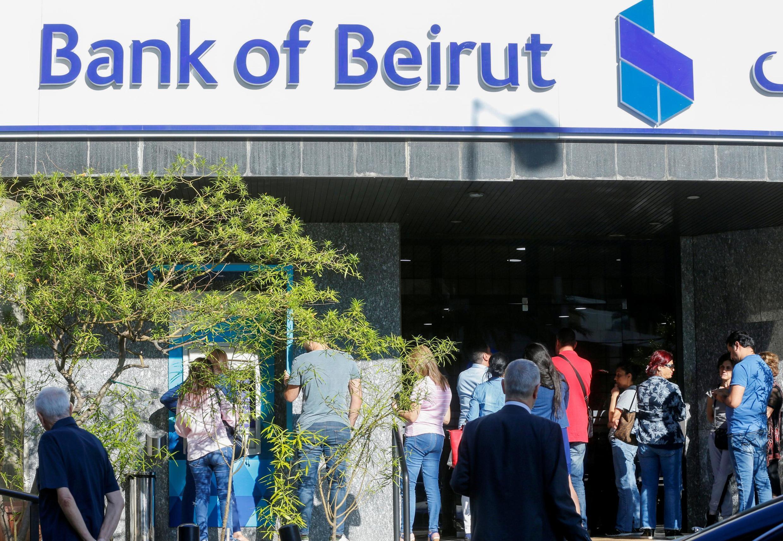 از ساعات اولیه صبح جمعه، صف طویلی در برابر شعبههای بانکها تشکیل شده است.