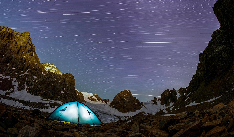 Метеориты в небе над Тянь-Шанем, неподалеку от столицы Казахстана Алматы