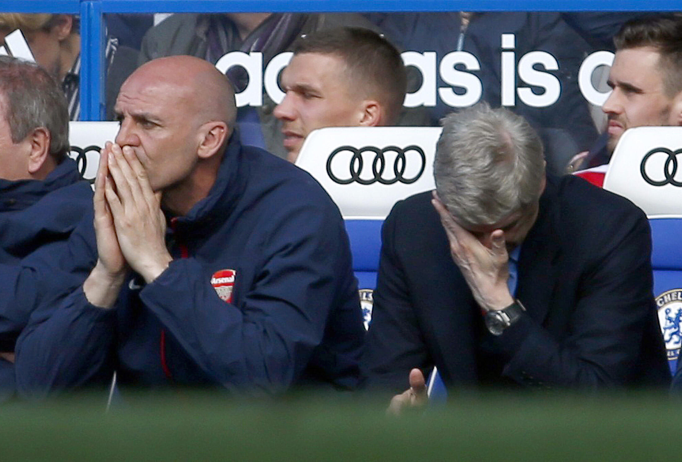 Arsene Wenger (kulia) akificha macho yakebaada ya timu yake kuchapwa mabao 6-0 katika mchuano dhidi ya Chelsea.