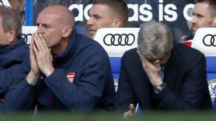 Meneja wa Arsenal, Arsène Wenger (kulia) akiinamisha macho yake chini baada ya timu yake kushindwa kufanya vizuri ikiwa nyumbani.