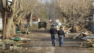 Patrullas constatan daños en Henryville, en Indiana.