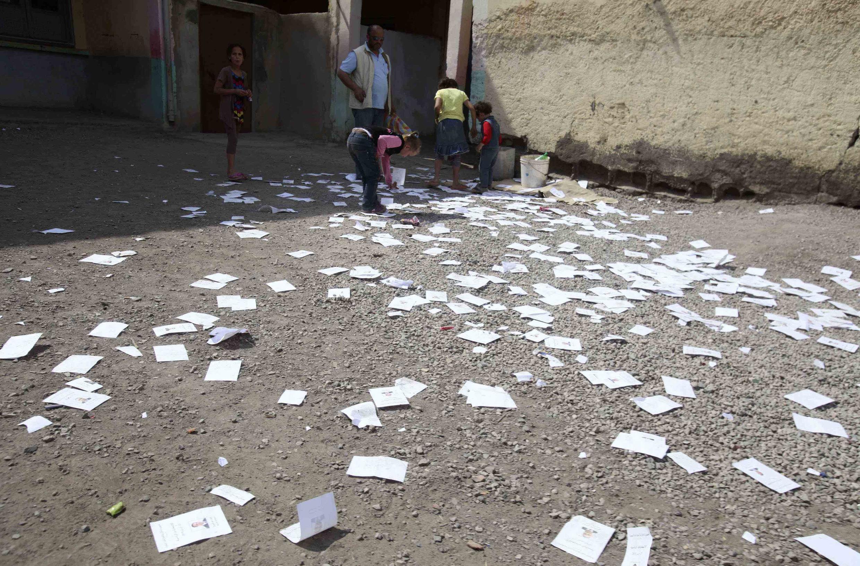Niños juegan con las papeletas de voto en Rafur, este 17 de abril.