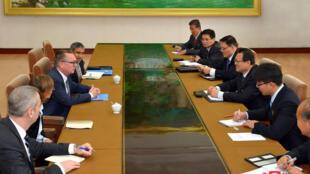 联合国副秘书长杰弗里•费尔特曼与朝方代表在平壤会谈资料图片