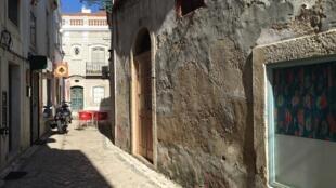 Une ruelle dans la vieille ville d'Alcochète, au Portugal