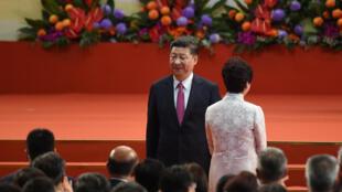 La cheffe de l'exécutif de Hong Kong, Carrie Lam (de dos), aux côtés du numéro un chinois Xi Jinping, en 2017 lors de son arrivée à la tête de l'ancienne colonie britannique.