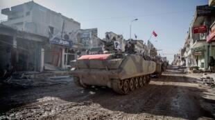 Турецкая военная колонна возвращается через Кобани после короткой военной операции в Сирии, 22 февраля 2015 г.