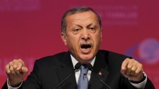 il y a trois ans lorsque Recep Tayyip Erdogan, qui était alors Premier ministre, a décidé de faire construire une énorme mosquée sur Çamlica,  la colline la plus élevée de la rive asiatique d'Istanbul qui offre une vue superbe sur la ville.