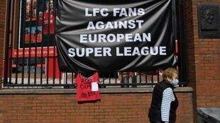 Carteles contra la Superliga Europea colgados por hinchas del Liverpool fuera del estadio de Anfield, sede del  club de la Premier League inglesa, en Liverpool, noroeste de Inglaterra, el 19 de abril de 2021.