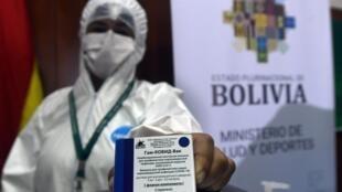 Un trabajador saitario muestra un paquete de la vacuna rusa Sputnik V contra el covid-19 en el Hospital Japonés en Santa Cruz, Bolivia, el 29 de enero de 2021