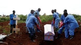 Une victime d'Ebola est enterrée par des employés de la Croix-Rouge à Butembo, le 28 mars 2019.