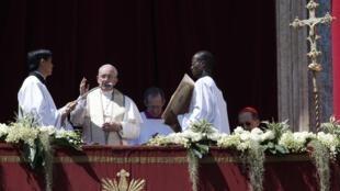 Le pape François délivrant son message «urbi et orbi», place Saint Pierre, au Vatican, le 20 avril 2014.
