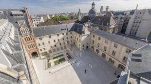 Cour intérieure du nouveau campus de l'Institut catholique de Paris.