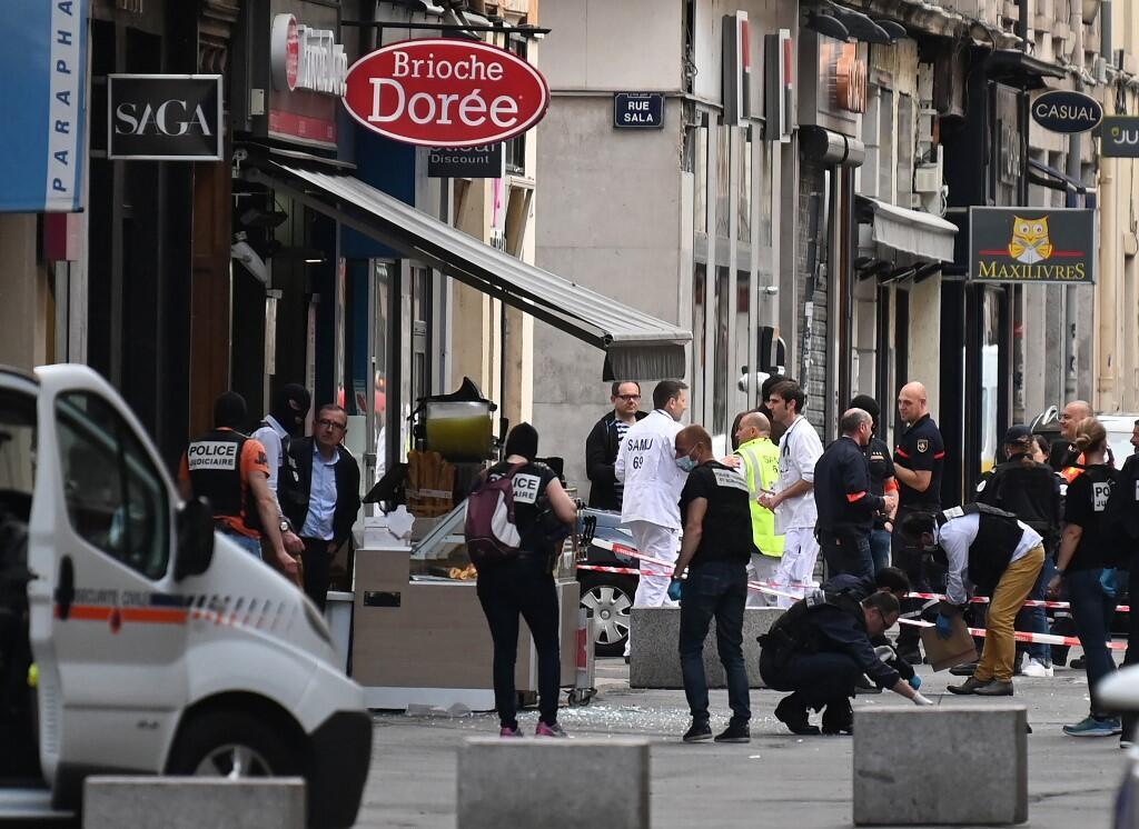"""پلیس فرانسه در محل انفجار بسته حاوی مواد منفجره در خیابان ویکتور هوگو، در مرکز شهر """"لیون"""" فرانسه. جمعه ٣ خرداد/ ٢٤ مه ٢٠۱٩"""