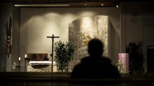 """Um """"gesto de reconhecimento financeiro"""" será atribuído em breve às vítimas de padres pedófilos na França."""