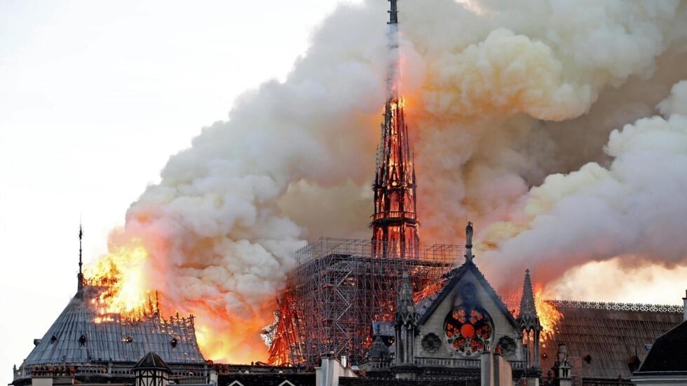 Un violent incendie à l'origine encore inconnue a débuté ce lundi 15 avril, aux alentours de 18h50 dans la cathédrale Notre-Dame de Paris.