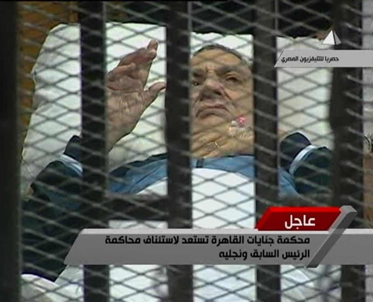 Tsohon shugaban kasar Masar Hosni Moubarak, a gaban koto cikin keji .