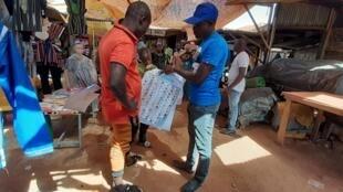 Les militants du MPS en campagne à Ouagadougou avant les élections du 22 novembre au Burkina Faso, le 15 novembre 2020.