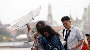 曼谷2018年8月大雨中的行人