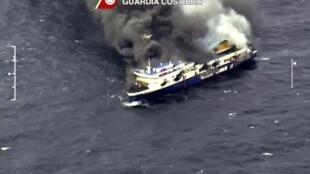 Image issue d'une video de surveillance de la Garde côtière italienne dans laquelle on peut voir le « Norman Atlantique » brûler au large de la Grèce, le 28 décembre 2014.