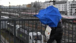 Une femme lutte contre le vent de la tempête Sabine, sur un pont, à Münich, le 10 février 2020.
