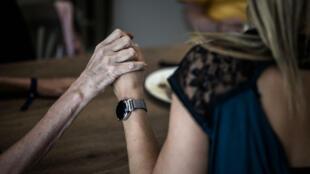 Se cree que la enfermedad de Alzheimer, la forma más común de demencia, afecta a 50 millones de personas en todo el mundo y generalmente comienza después de los 65 años.