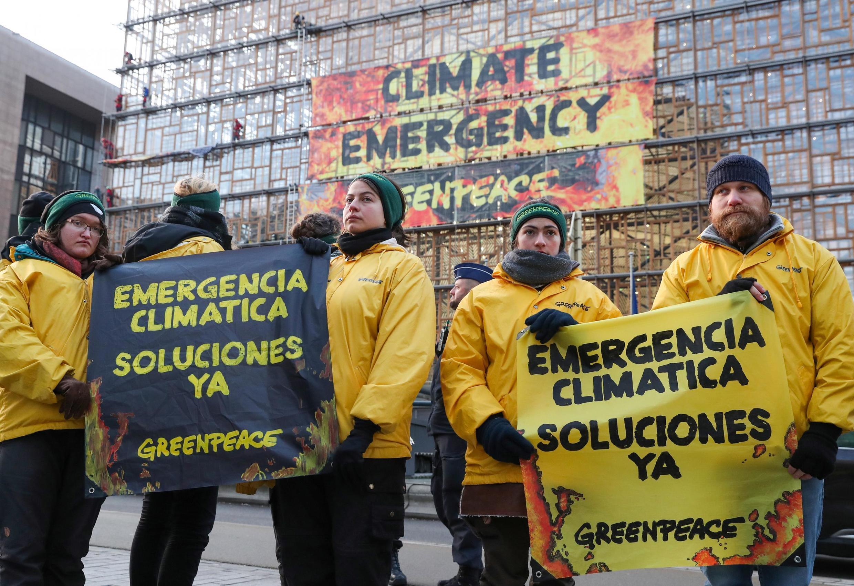 ក្រុមសកម្មជន Greenpeace នៅសភាអឺរ៉ុបក្នុងទីក្រុងព្រុចសែល ប្រទេសបែលហ្ស៊ិក