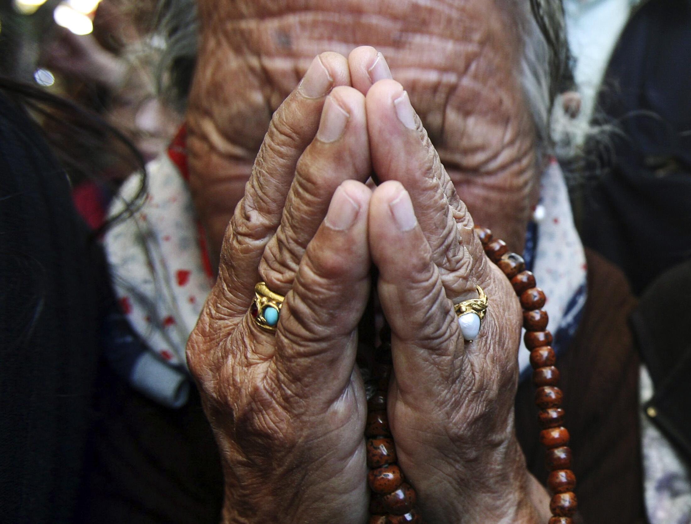 Một người Tây Tạng lưu vong khóc than bên cạnh di hài của người tự thiêu Jamphel Yeshi tại chùa Tsuglagkhang ở Dharamsala, Ấn Độ ngày 30/03/2012.