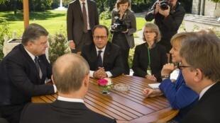 Фрасуа Оллнад, Ангела Меркель, Петр Порошенко и Владимир Путин в Париже, 2 октября 2015.