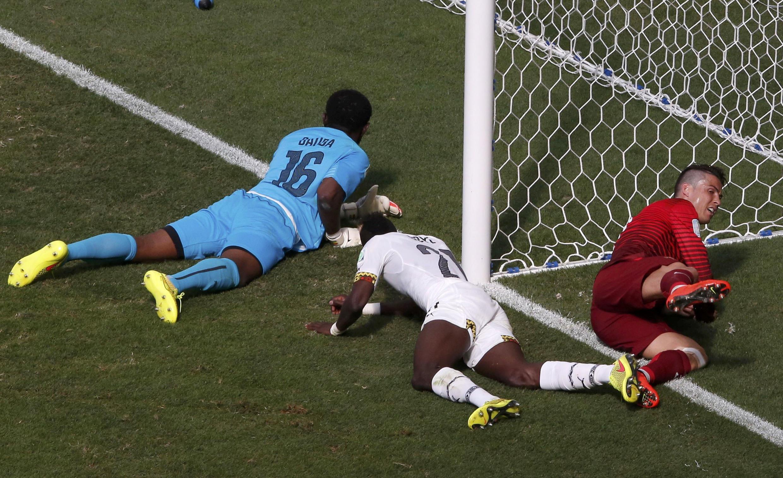 Kipa wa Ghana Dauda akijaribu kuokoa goli dhidi ya Ureno, Beki Yobe na Ronaldo