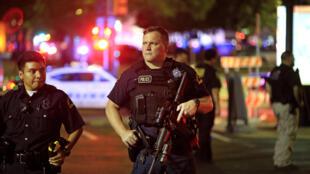 Policías ubicados cerca del lugar donde fueron atacados los cinco policías que perdieron la vida, en Dallas, Texas.