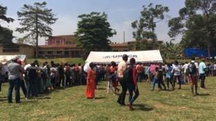 Des réfugiés burundais attendent la vérification de leurs documents à Kampala (Ouganda), le 17 janvier 2018. De nombreux Burundais ont dû fuir leur pays en raison des crises politiques et humanitaires qui y sévissent.