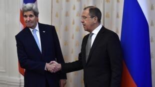 Le ministre russe des Affaires étrangères, Serguei Lavrov, et le secrétaire d'Etat américain, John Kerry, se serrent la main lors de leur réunion à Moscou, le mardi 15 décembre 2015.
