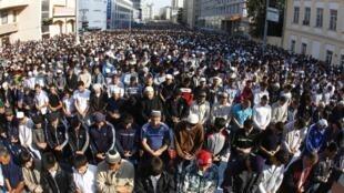 Верующие совершают намаз у Соборной мечети в Москве 30 августа 2011 г.