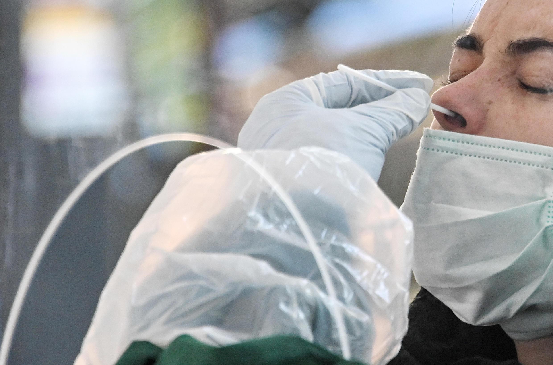 Pessoa a ser testada no Instituto Pasteur de Lille. 27 de Abril de 2020.