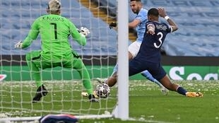 Le milieu algérien Riyad Mahrez (c) ouvre le score pour Manchester City lors de la demi-finale retour à domicile de la Ligue des champions face au Paris-SG, le 4 mai 2021