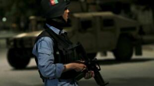 Membro das forças de segurança em frente ao Park Palace após o ataque