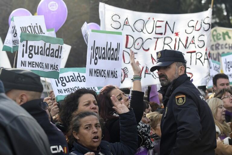 Plusieurs centaines de manifestants ont défilé dans les rues de Séville pour dénoncer les prises de position du parti d'extrême droite Vox sur les violences faites aux femmes, le 15 janvier 2019.
