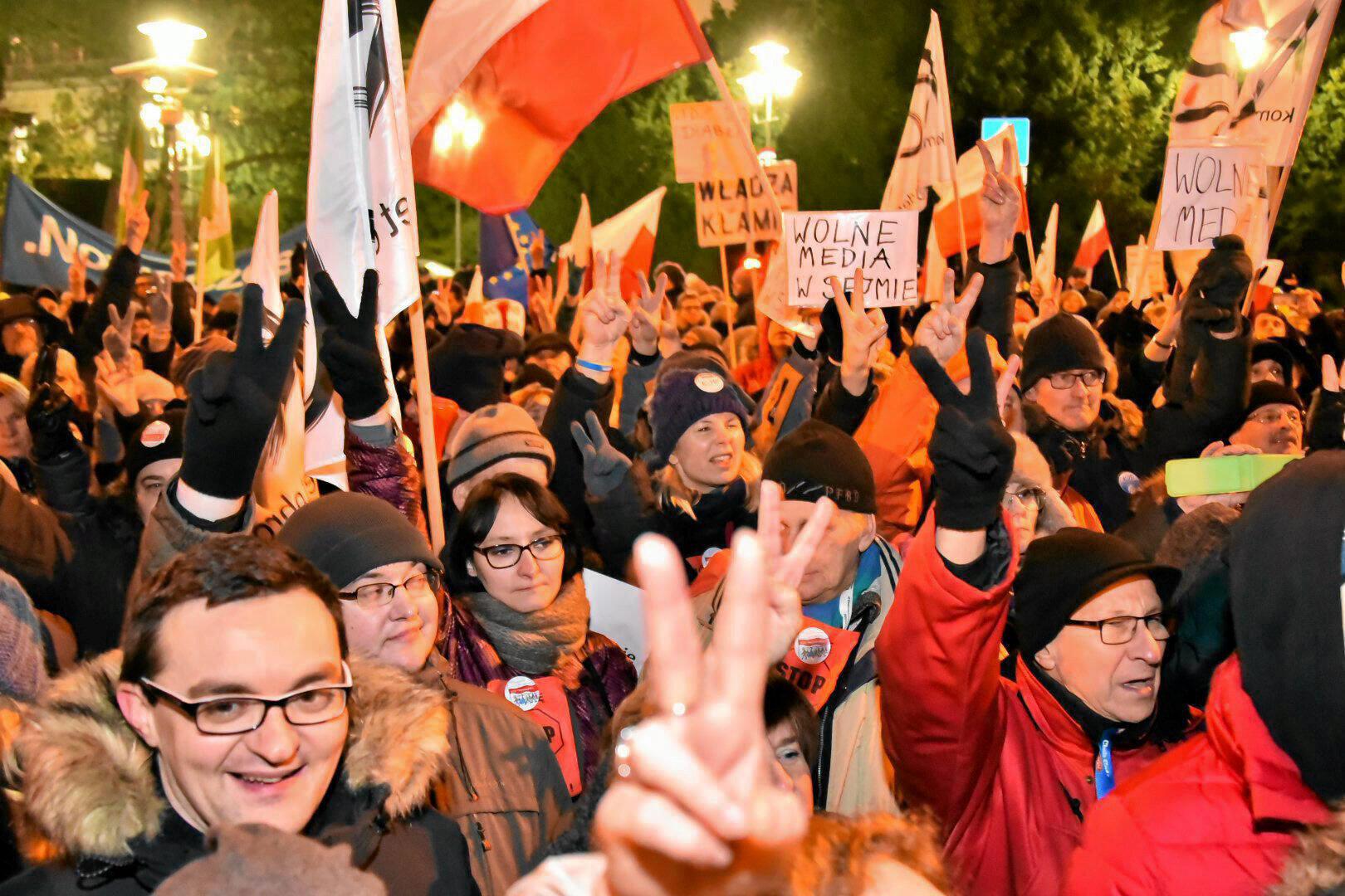 Biểu tình trước Quốc Hội ở Vacxava, Ba Lan, chống luật mới hạn chế tự do báo chí. Ảnh 16/12/2016.