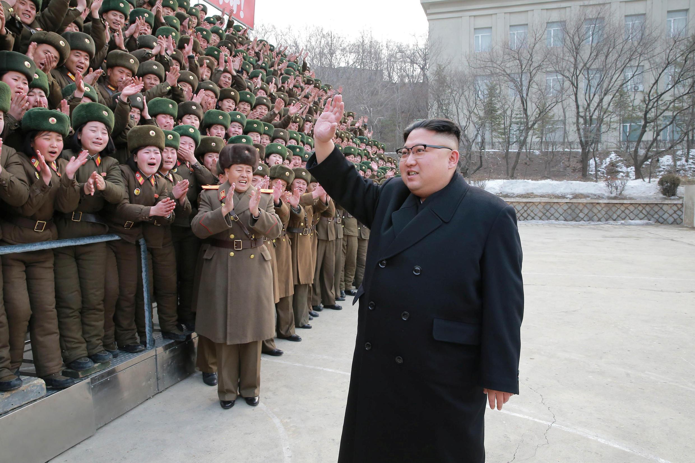 Nhà lãnh đạo Bắc Triều Tiên Kim Jong Un thăm đơn vị 966 của quân đội Nhân Dân Bắc Triều Tiên. Ảnh do KCNA công bố ngày 01/03/2017.