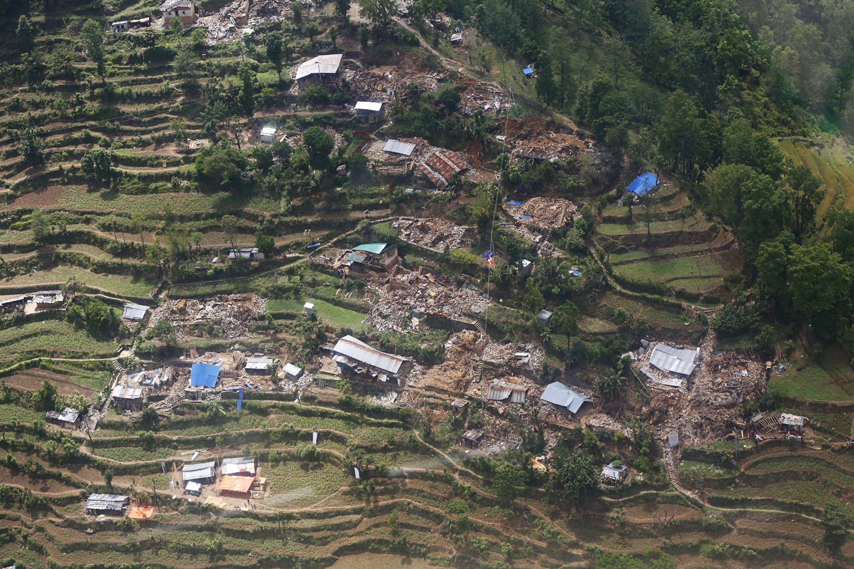 Cultures en terrasse et maisons détruites dans la région de Chautara, au nord de Katmandou.