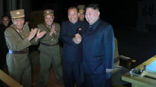 Lãnh đạo Bắc Triều Tiên Kim Jong Un chỉ đạo vụ bắn thử thứ hai tên lửa liên lục địa ICBM Hwasong-14. Ảnh do KCNA công bố ngày 29/07/2017.