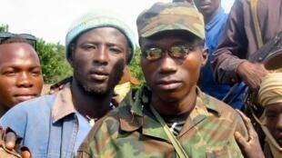 Sylvain Ndoutingaï, ex-ministre d'Etat aux Finances et neveu du président centrafricain François Bozizé (d), entouré de sa section de combat, au nord du pays, en 2002.