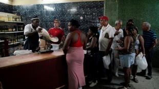 Des Cubains font la queue pour acheter du riz dans un magasin d'État du centre-ville de La Havane, le 10 mai 2019.