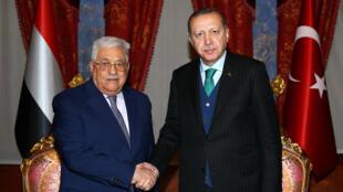 El presidente palestino Mahmud Abas junto al mandatario turco Erdogan, el 12 de diciembre de 2017 en Estambul.
