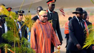 Le roi du Maroc, Mohammed VI accueilli par le président du Soudan du Sud, Salva Kiir, à l'aéroport de Juba, le 1er février 2017.