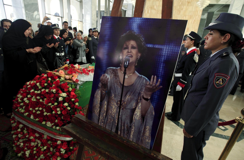 De nombreuses Algériennes sont venues rendre un dernier hommage à la chanteuse Warda au cours de la cérémonie funèbre au Palais de la Culture à Alger, le 19 mai 2012