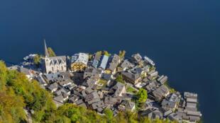Le village autrichien de Hallsatt est dépassé par le nombre sans cesse croissant de touristes qui viennent le photographier.